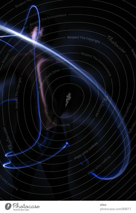 Mini-Raumschiff sucht Ausgang Akt Dynamik Umrisslinie Leuchtspur halbdunkel Lichtmalerei Vor dunklem Hintergrund