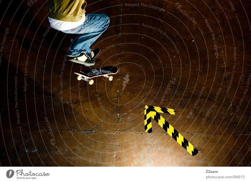 arrow - shove it 4c grün gelb Farbe Sport springen Stil Bewegung Holz Aktion Jeanshose Pfeil Skateboarding Dynamik sportlich lässig Rolle