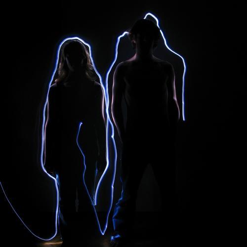 In 15 sekunden zweimal rundrum... Frau Lampe dunkel feminin Menschengruppe Telefon Paar Zusammensein Körper maskulin paarweise Kommunizieren Grenze Verbindung