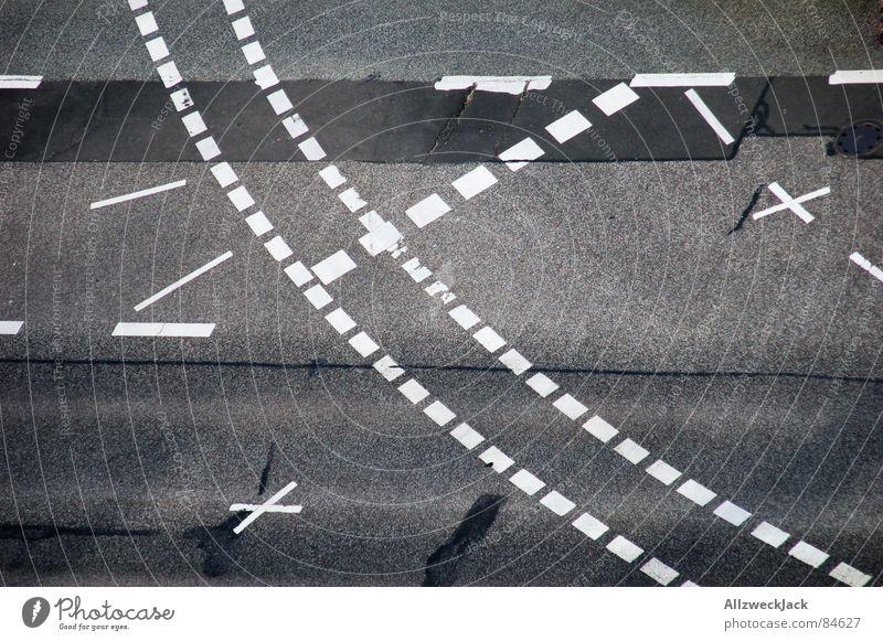 StVO Schnittmuster Straßenverkehrsordnung Vogelperspektive Stadt abbiegen Fahrradweg leer Straßenkreuzung Fahrbahnmarkierung grau Asphalt Verkehr Fernstraße