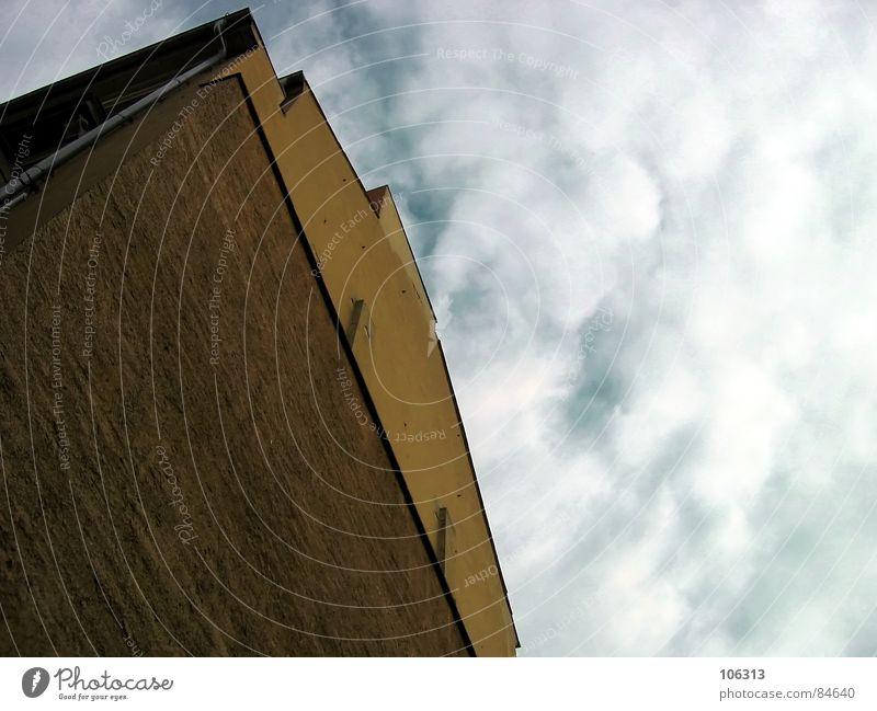 EIN DOOFES HAUS jr. Aussicht Wolken himmelblau Gebäude Haus Dachrinne leer Dresden Neustadt Wasserfahrzeug Hochhaus Denkmal old-school Schlag Graf-Adolf-Platz