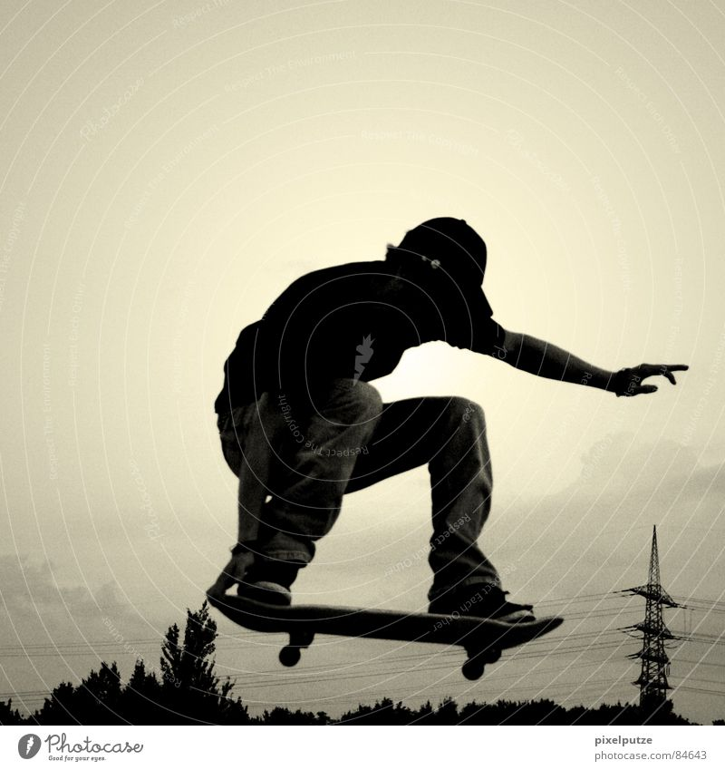 über dem strommast lalalala... Himmel Baum schwarz gelb Sport springen Spielen Bewegung Freiheit fliegen Energiewirtschaft Elektrizität Freizeit & Hobby Skateboarding Leidenschaft Mut