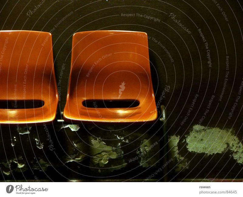 wartezimmer rot Billig gebraucht dreckig offen Warteraum Wand gereinigt grün dunkel halbdunkel orange alt Kunststoff fade Wartesaal warten schmuddelig Bahnhof