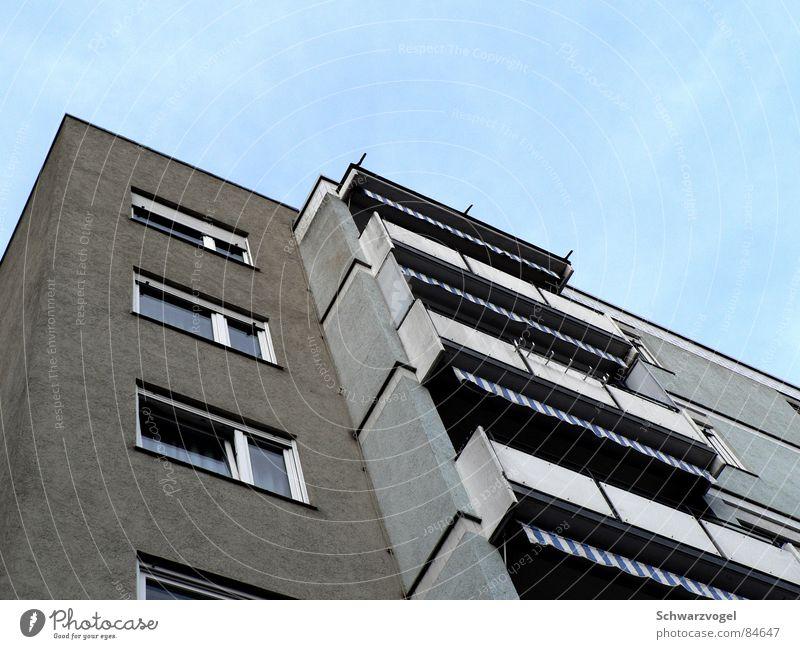 Ich bin jung und brauche die Credits. :-P Himmel Haus Fenster grau Traurigkeit Gebäude trist Balkon Langeweile Plattenbau Ödland Rollladen schlaff Norm blamabel