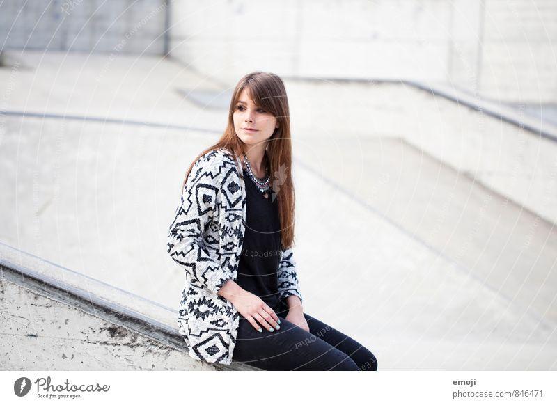 <> feminin Junge Frau Jugendliche 1 Mensch 18-30 Jahre Erwachsene Mode einzigartig grau sitzen Farbfoto Gedeckte Farben Außenaufnahme Hintergrund neutral Tag