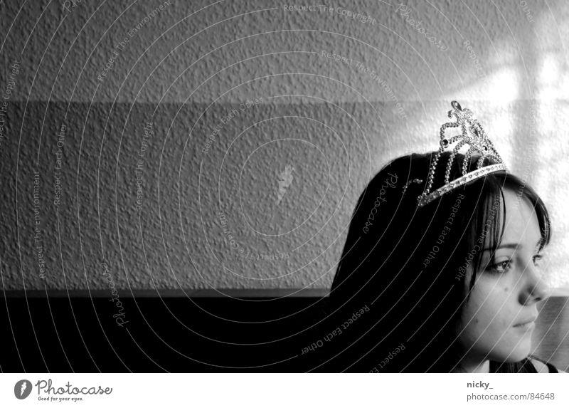 call her cinderella schwarz Porträt Hoffnung Suche Fenster Licht Wand Frau Baumkrone silber lara face crown black white princess window light Schatten Mauer