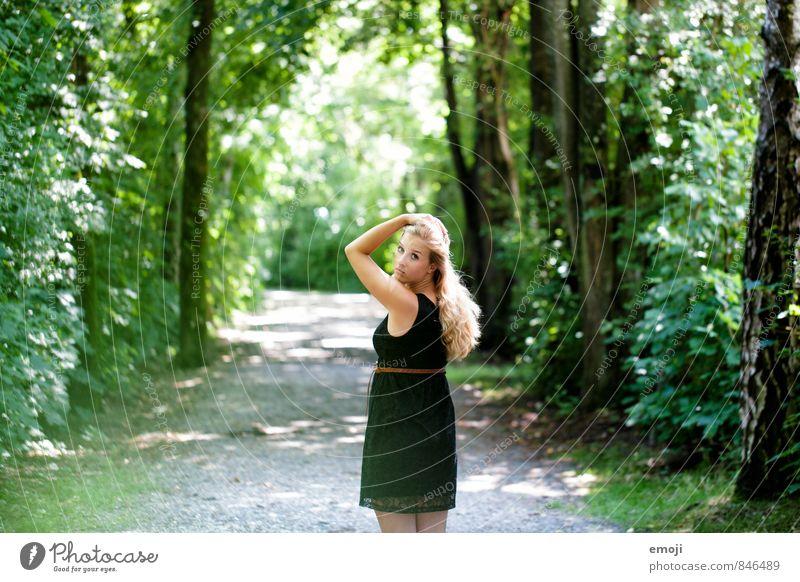 Waldstrasse feminin Junge Frau Jugendliche 1 Mensch 18-30 Jahre Erwachsene Umwelt Natur Sommer Schönes Wetter schön natürlich grün Farbfoto Außenaufnahme Tag