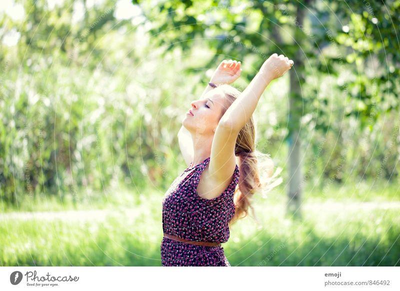 frei Mensch Natur Jugendliche schön grün Sommer Junge Frau 18-30 Jahre Erwachsene feminin natürlich frei Schönes Wetter