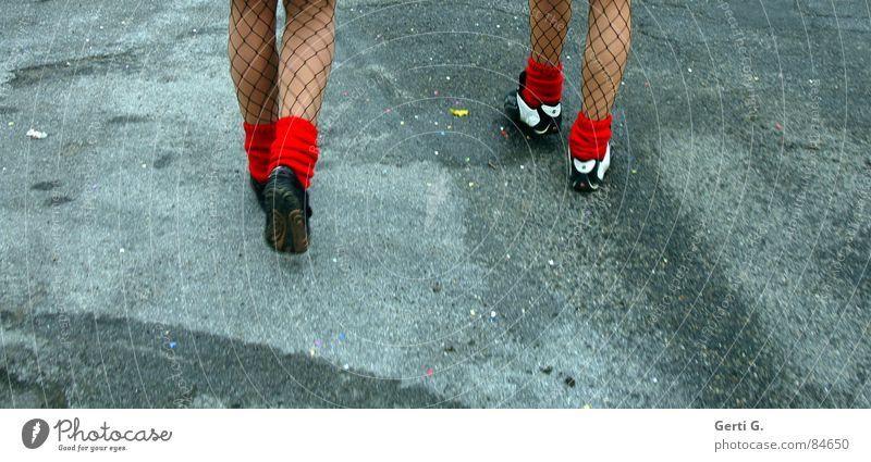foot luck™ - die Serie - part 4 Frau rot Straße Wege & Pfade Paar Fuß 2 gehen Schuhe laufen wandern paarweise Spaziergang Maske fantastisch dünn
