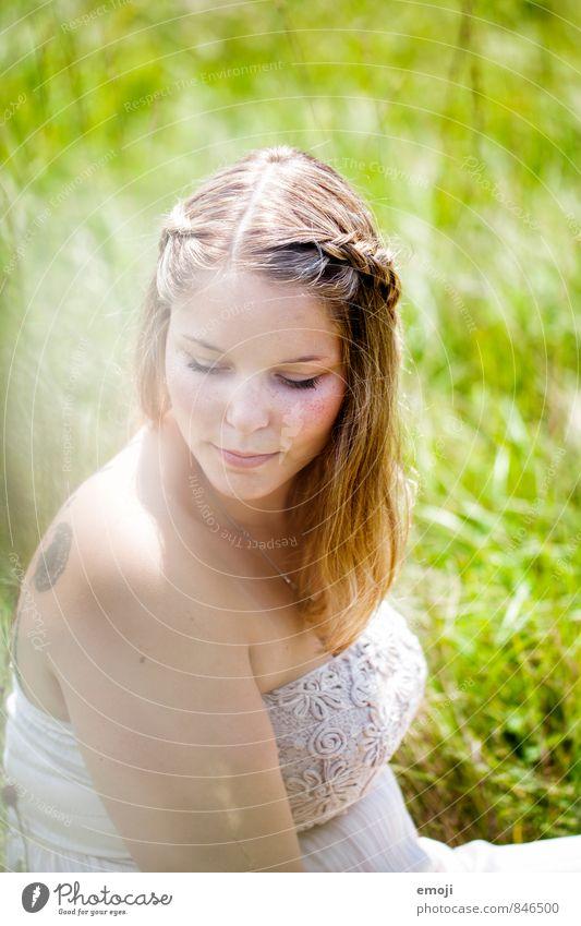 Sommer feminin Junge Frau Jugendliche 1 Mensch 18-30 Jahre Erwachsene Umwelt Natur Landschaft Frühling Schönes Wetter Wiese schön natürlich grün Farbfoto