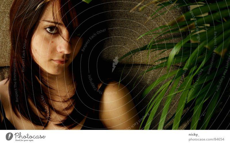 fhm =P Frau Porträt böse Denken anstrengen woman sitzen Blick Haare & Frisuren Gesicht lara she sie face eyes hair