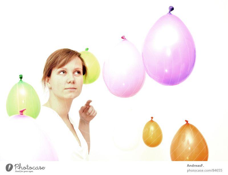 Wunderwelt II Frau Hand weiß Freude Farbe Auge Spielen hell Zufriedenheit Ausflug verrückt Finger Luftballon Neugier berühren rein