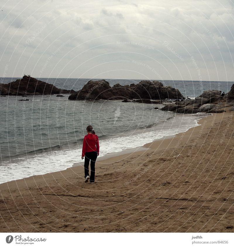 Strandspaziergang Meer Küste Wolken Ferien & Urlaub & Reisen rot Einsamkeit Frau Trauer schlechtes Wetter grau gehen Denken Gedanke unterwegs Wellen Gischt