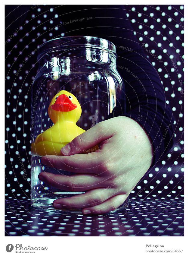 my little friend Hand Wasser schwarz gelb dunkel Freundschaft Arme Glas Punkt Ente Umarmen Mensch Quietschen