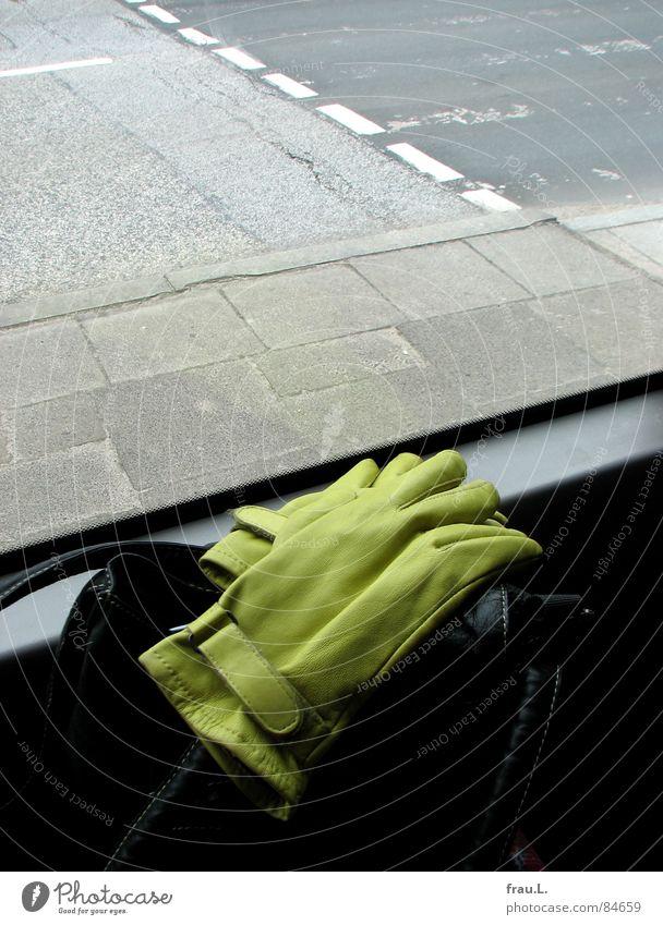 im Bus fahren grün Straße Fenster Verkehr Bekleidung Ausflug Asphalt Verkehrswege Handschuhe Tasche Handtasche