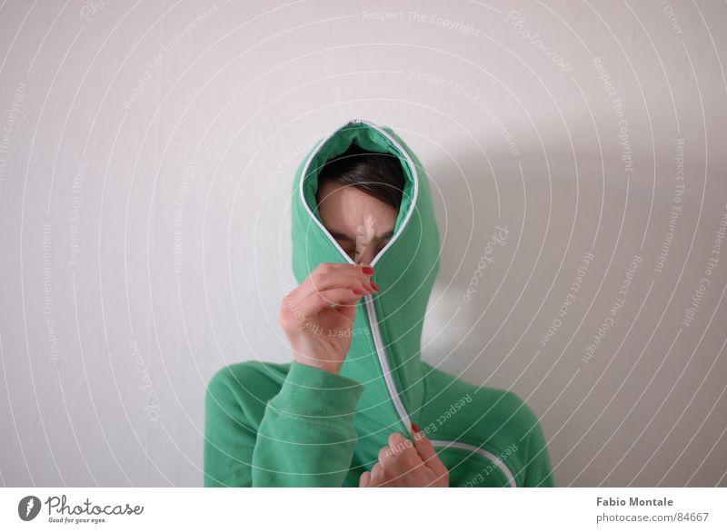 schliessen/öffnen (2/7) Fingernagel Fotoserie schließen aufmachen Reißverschluss grüne jacke Abfluss