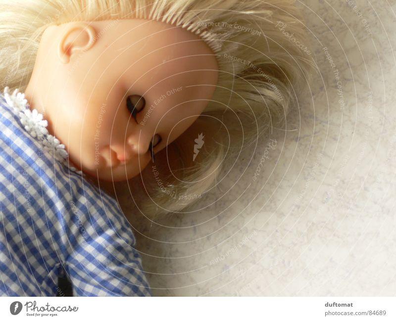 sleeping beauty blond Spielzeug schlafen geschlossene Augen süß niedlich kalt Puppe Schlafanzug Wunschwelt Halbschlaf Traumwelt ruhig Wachtraum Tagtraum