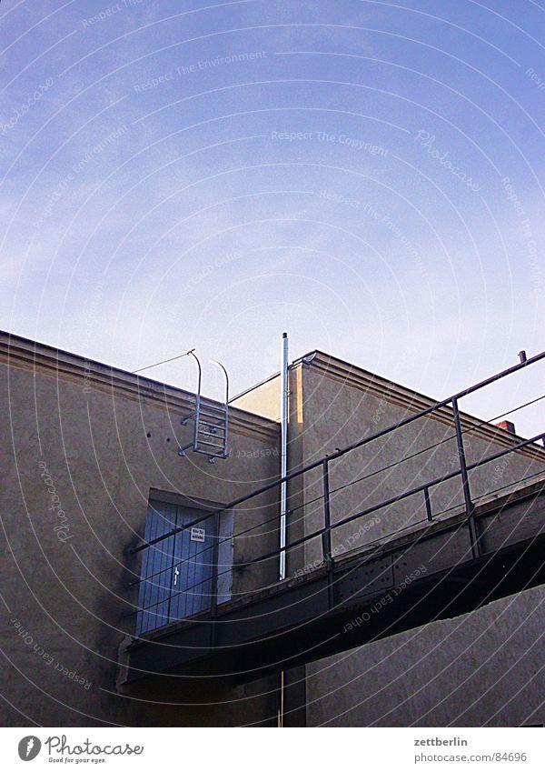 Boom {m} = boom Himmel Haus oben Tür Brücke Dach Klarheit Schönes Wetter Steg Eingang Schornstein Lagerhalle anstrengen Drache Dachboden