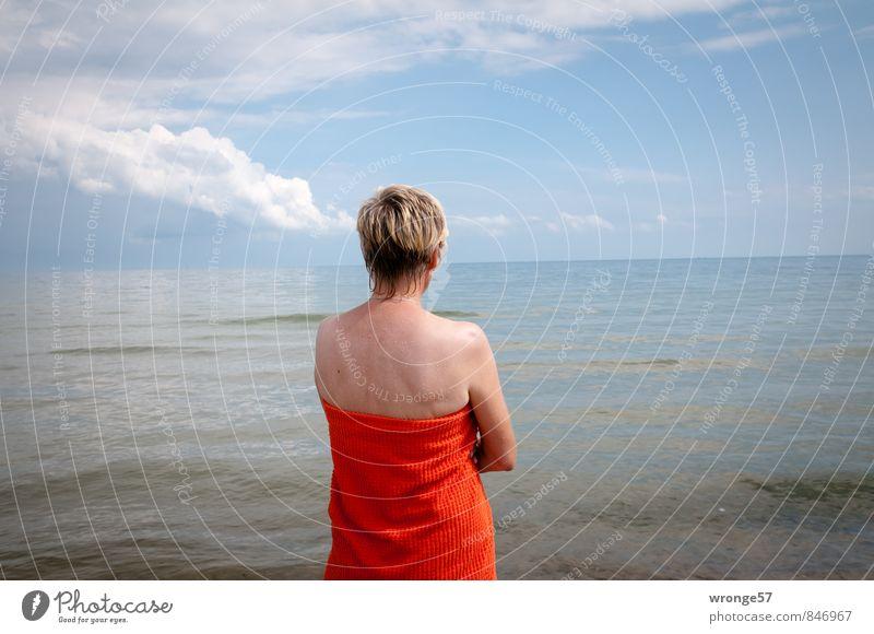 Frau und Meer Mensch blau Erholung rot Erwachsene feminin blond 45-60 Jahre nass Schönes Wetter Ostsee Wasseroberfläche Badetuch