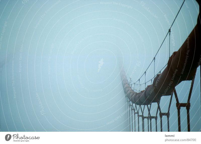 im Nebel rot grau gehen Nebel Seil Brücke geheimnisvoll verstecken hängen tragen Kalifornien San Francisco Nebelschleier Golden Gate Bridge