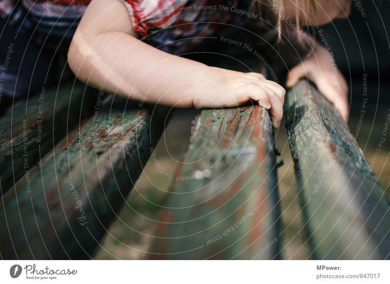 neue wege Mensch Kind alt Hand Holz Denken oben Finger lernen Bank entdecken Kleinkind hängen hocken