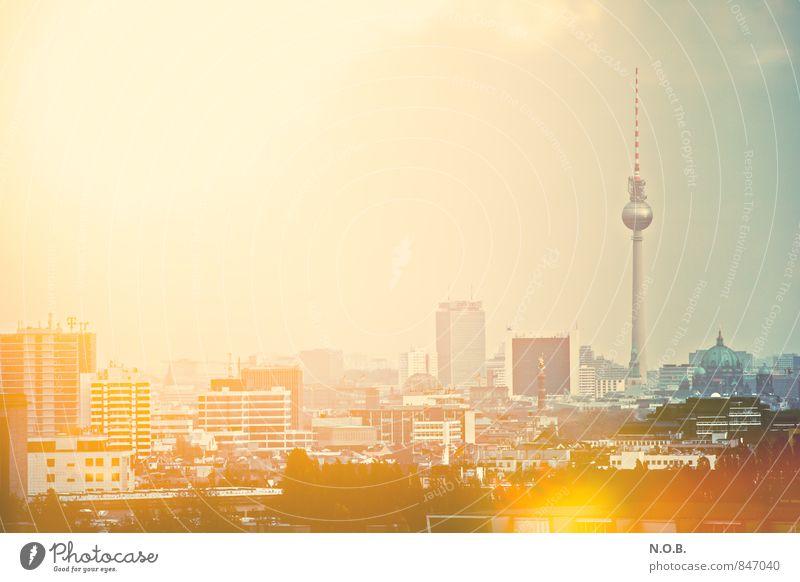 Berlin leuchtet blau Haus gelb Berlin Glück außergewöhnlich Hochhaus Coolness Abenteuer entdecken Skyline Stadtzentrum Hauptstadt Dom Identität Berliner Fernsehturm