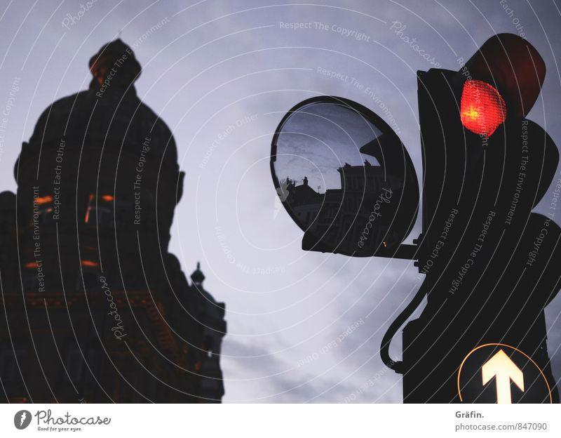 Stop and Go Stadt rot schwarz dunkel Wege & Pfade stehen warten Hinweisschild beobachten Zeichen Güterverkehr & Logistik Pfeil Ampel stagnierend Straßenverkehr