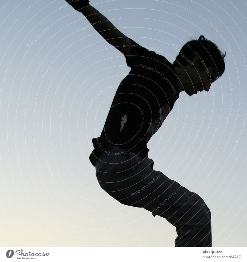 reduzierter fall Mann springen Luft Salto Schwerelosigkeit hüpfen Schweben Silhouette Körperhaltung Aktion schwarz Verlauf Quadrat Anschnitt eingeengt Platz