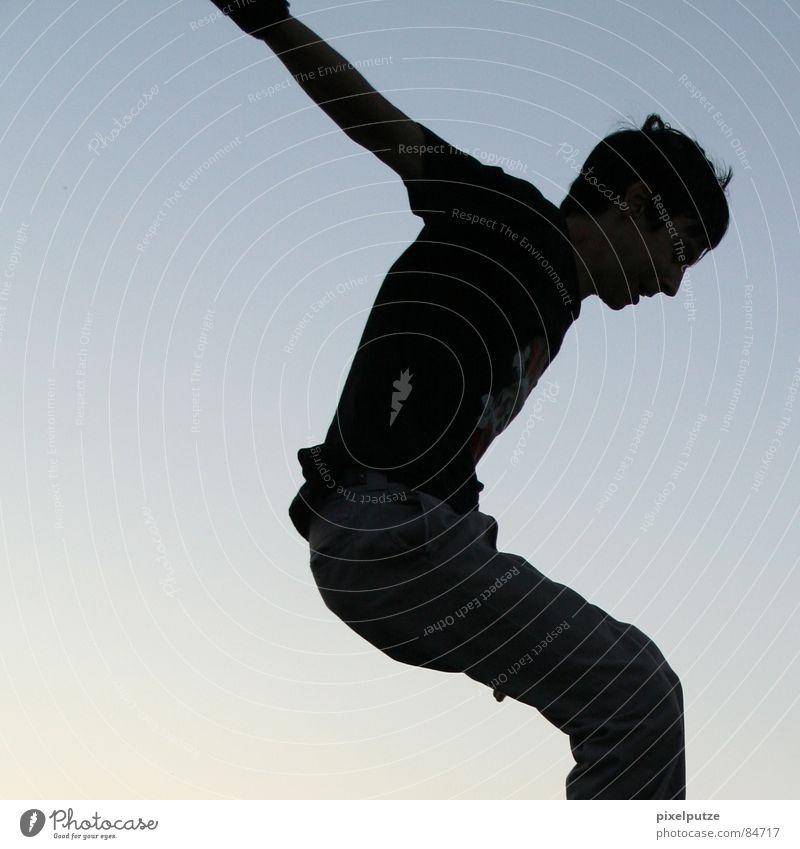 reduzierter fall Mensch Himmel Mann Jugendliche blau schwarz Freiheit Bewegung springen Luft Platz Aktion Körperhaltung fallen Schönes Wetter Teilung