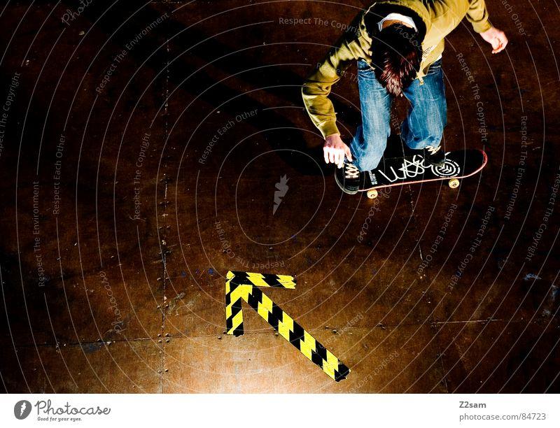arrow - roll 4c II bücken Halfpipe gestreift Muster Holz springen Aktion Sport Skateboarding Stil lässig gelb grün Licht fahren Funsport rollen roll geklebt