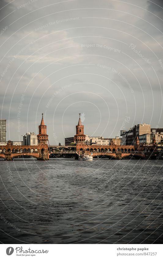 Ost-West-Verbindung Sightseeing Städtereise Wolken Flussufer Berlin Deutschland Stadt Hauptstadt Stadtzentrum Sehenswürdigkeit Wahrzeichen Oberbaumbrücke
