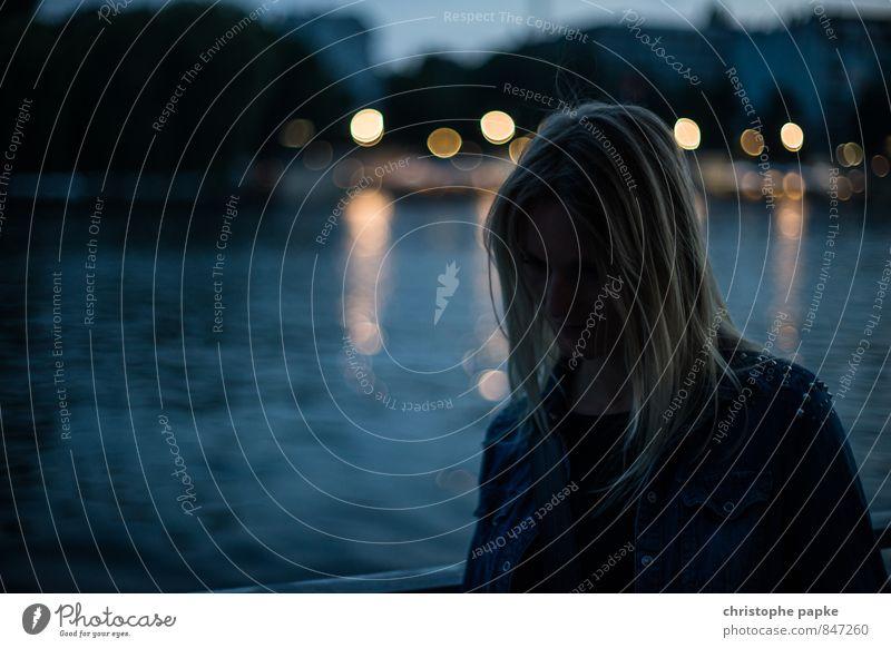 feeling blue Städtereise Junge Frau Jugendliche Erwachsene 1 Mensch 18-30 Jahre 30-45 Jahre Küste Seeufer Flussufer Spree Berlin Stadt Stadtzentrum blond