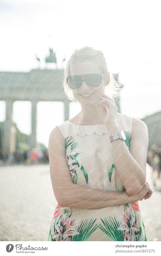 Looking for Freedom elegant Stil Tourismus Sightseeing Städtereise feminin Frau Erwachsene 1 Mensch 18-30 Jahre Jugendliche 30-45 Jahre Berlin Deutschland Stadt