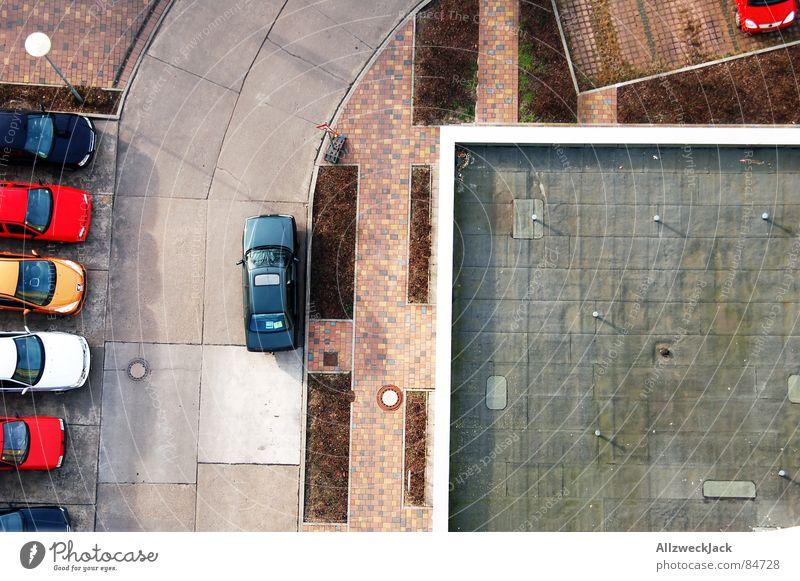 Von ganz oben Straße PKW klein Hochhaus hoch Asphalt Spielzeug Verkehrswege Parkplatz Straßenbelag Landkarte Zugang winzig Zufahrtsstraße Abstellplatz Stadtplan