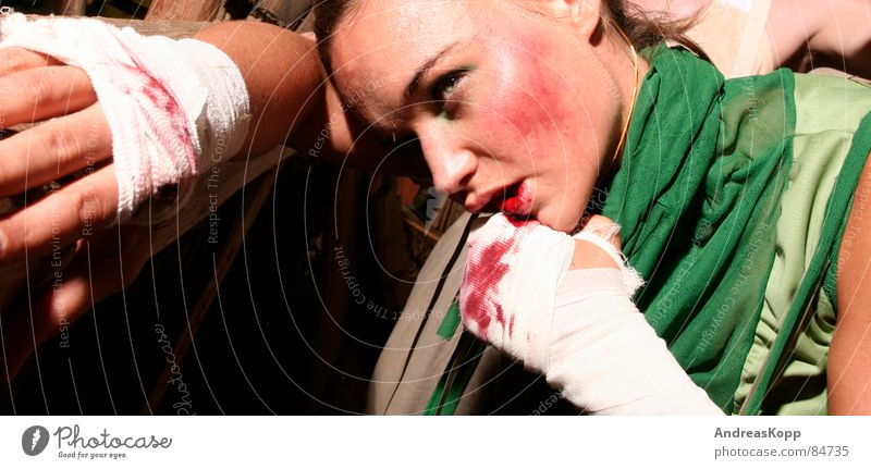 Fight Frau Wunde Stall Boxkampf Blutbad Erfolg Schatten Schweiß Wut Ärger Angst Panik kämpfen Lautsprecher Dame