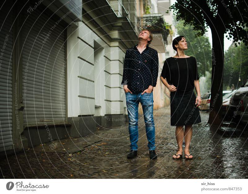 So ein Sauwetter! - Wo!? Mensch Frau Mann Stadt Haus dunkel Erwachsene Straße Liebe Berlin Paar Freundschaft Regen authentisch stehen Hauptstadt