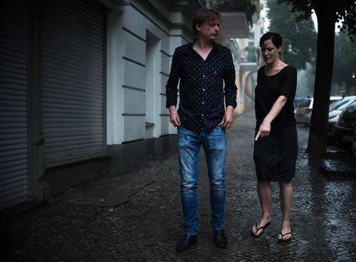 Mach das weeeeg! Mensch maskulin feminin Frau Erwachsene Mann Paar Partner Finger 2 30-45 Jahre Hauptstadt Stadtzentrum Altstadt Mauer Wand alt sprechen