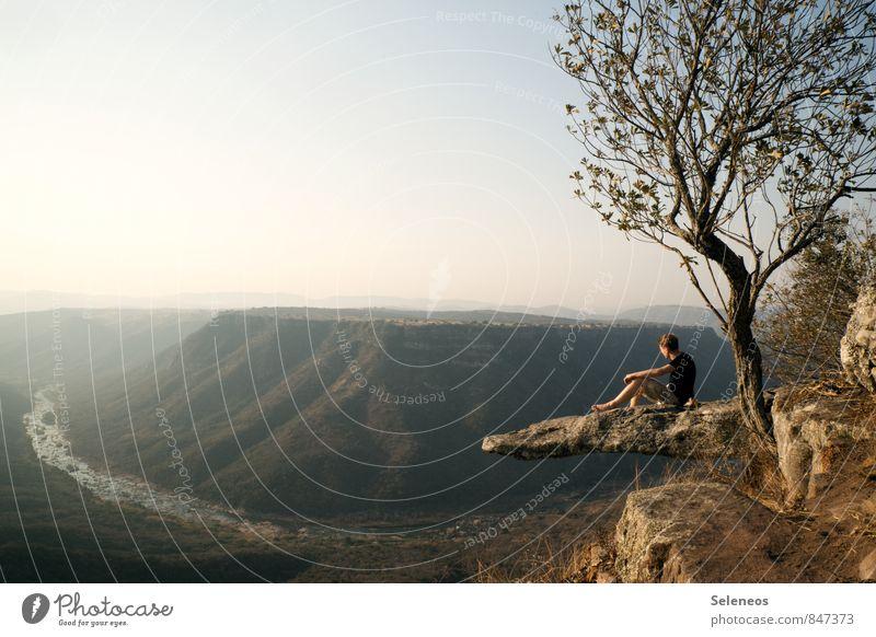 Ruhepunkt Mensch Natur Ferien & Urlaub & Reisen Mann Sommer Baum Erholung Landschaft Ferne Umwelt Erwachsene Berge u. Gebirge Freiheit Felsen Horizont maskulin