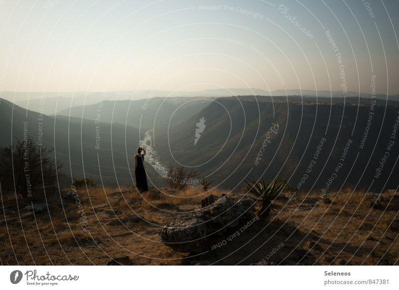 Fernweh Mensch Frau Himmel Natur Ferien & Urlaub & Reisen Sommer Landschaft Ferne Umwelt Erwachsene Berge u. Gebirge feminin natürlich Freiheit Horizont Felsen