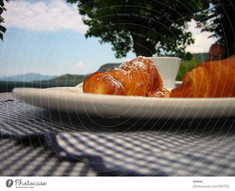 Frühstück am Gardasee Italien Croissant Cappuccino Teller Tasse Backwaren Kuchen Café colazione Brioche Lake Garda breakfast Kaffee käffchen