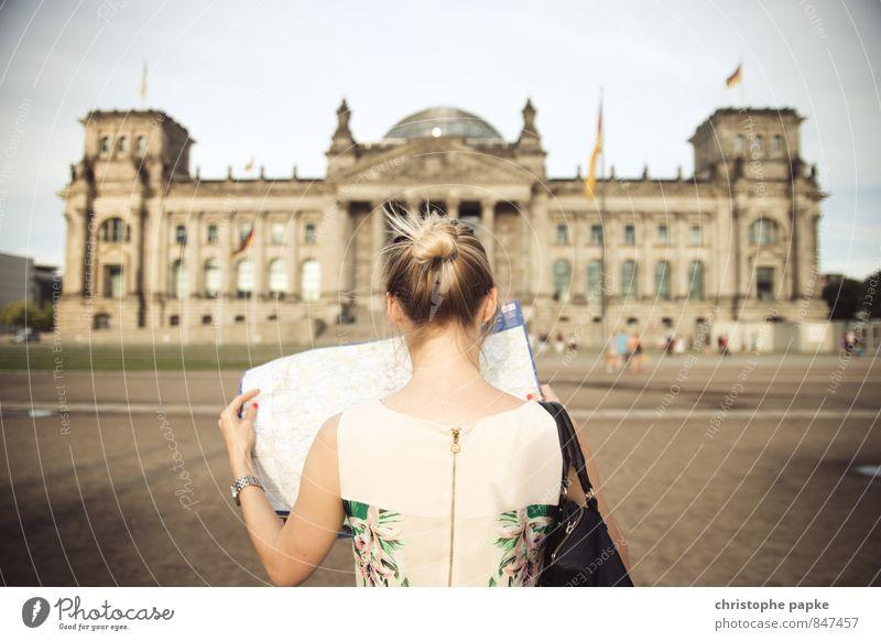 Lost in Berlin Mensch Jugendliche Stadt Junge Frau 18-30 Jahre Erwachsene feminin Gebäude Berlin Deutschland elegant blond Tourismus historisch Suche Bauwerk