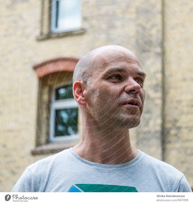 Smalltalk II | Chamansabaa Lifestyle Freude Mensch maskulin Mann Erwachsene Leben Kopf 1 30-45 Jahre 45-60 Jahre Gebäude Fassade T-Shirt kurzhaarig Glatze