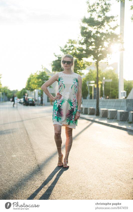 Sonnenallee Mensch Frau Ferien & Urlaub & Reisen Jugendliche Stadt schön 18-30 Jahre Erwachsene Straße Stil Berlin Mode Lifestyle elegant blond stehen