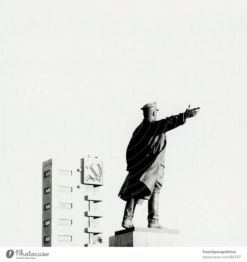 internationale solidarität & so Statue St. Petersburg Kommunismus Gebäude verfallen Sozialismus Leninismus Stalinismus Wahrzeichen Denkmal Vergänglichkeit