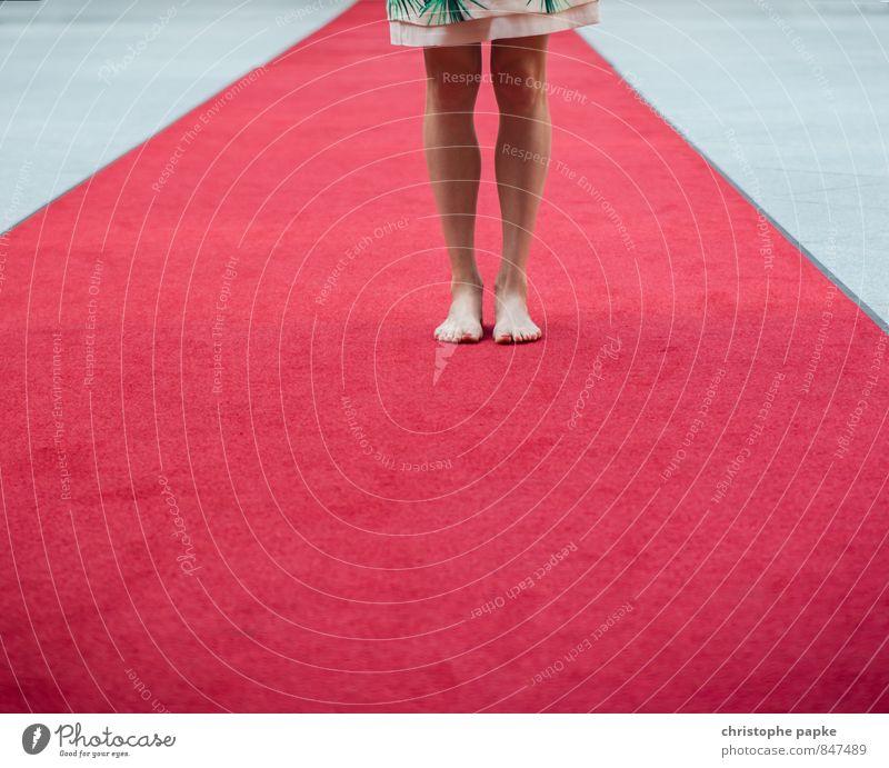Netter Empfang feminin Junge Frau Jugendliche Erwachsene Beine Fuß 1 Mensch stehen Roter Teppich Barfuß Veranstaltung Reichtum Medienrummel boulevardpresse