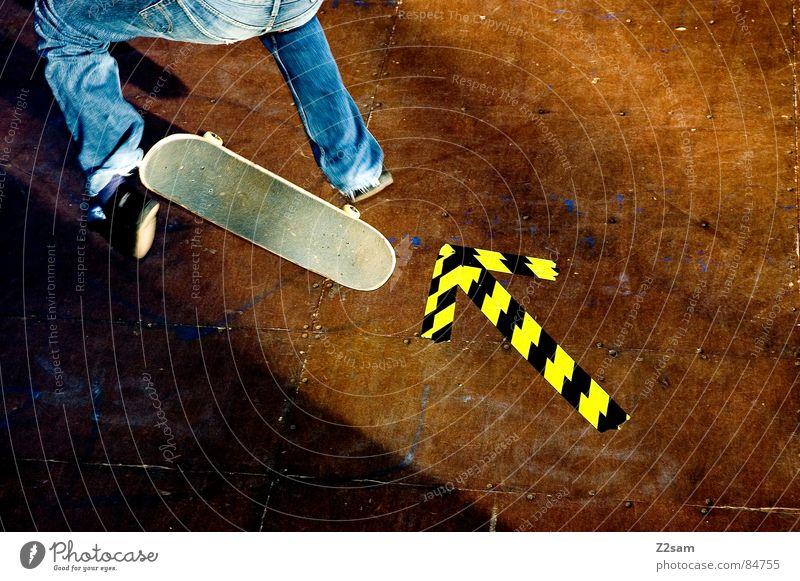 arrow - Kickflip 4c gelb Farbe Sport Junge springen Stil Bewegung Holz Aktion Jeanshose Bodenbelag Pfeil Skateboarding Richtung Dynamik sportlich