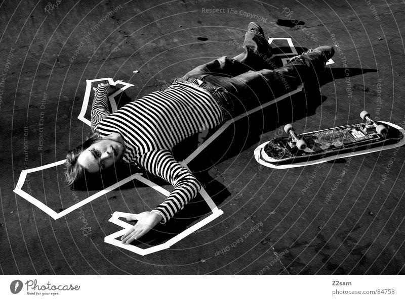TATORT - PIPE Mensch Tod Gefühle Holz Stil liegen Bodenbelag Skateboarding Holzbrett gestreift lässig Rolle Mord Halfpipe Funsport Parkdeck