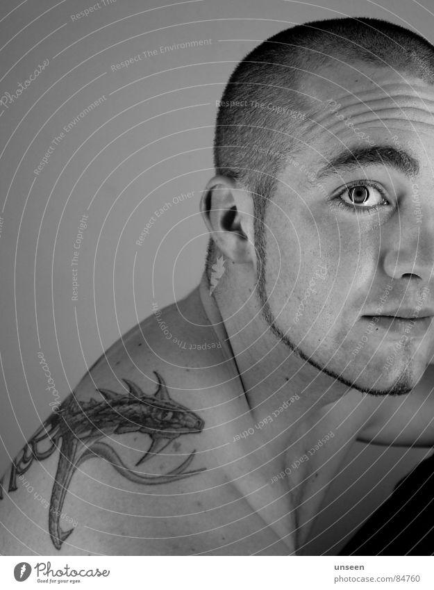 direkt vor dir Gesicht maskulin Mann Erwachsene 1 Mensch 18-30 Jahre Jugendliche Tattoo kurzhaarig beobachten Gelassenheit ruhig Kerl Schulter Typ Haarschnitt