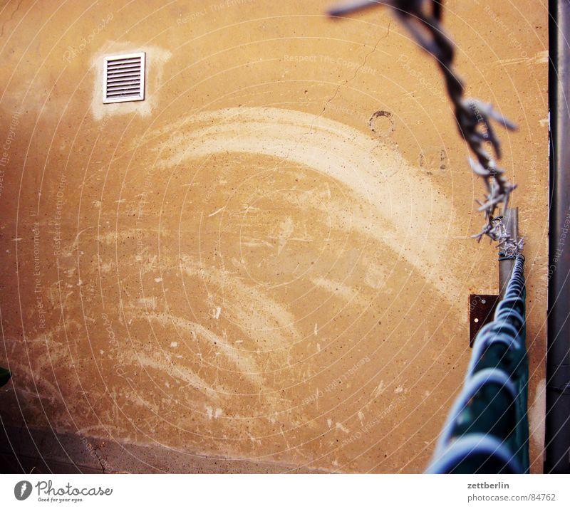 Stacheltor Wand Fenster Tür geschlossen Sicherheit Ecke Vergänglichkeit Spuren Tor verfallen Eingang Loch Stachel Durchgang Treppenabsatz Wäsche