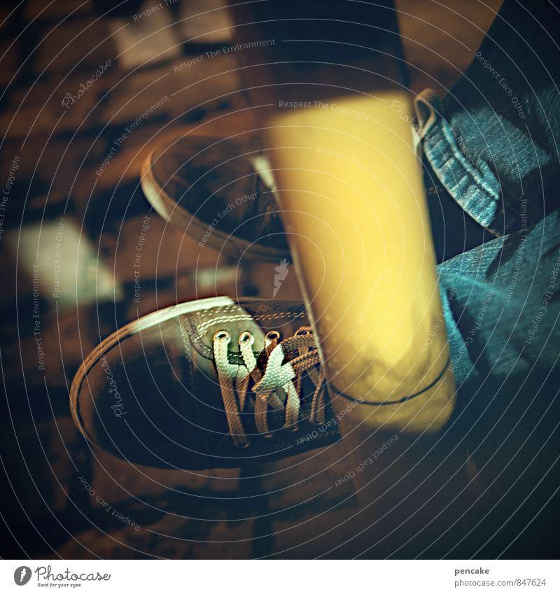 unter den tisch Mensch Einsamkeit gelb Beleuchtung Beine Fuß Tisch Zeichen Jugendkultur Jeanshose unten Alkoholisiert Erschöpfung Turnschuh stagnierend Sucht